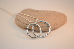 Textured double ring necklace