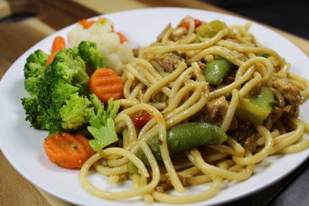 Lo Mein with Vegetables and Chicken / Lo Mein con Vegetales y Pollo