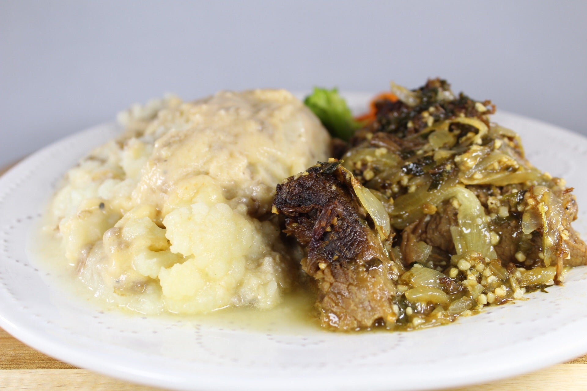 Papa Majada con Gravy y Roast Beef Encebollado / Mashed Potatoes with Gravy and Sautéed Roast Beef