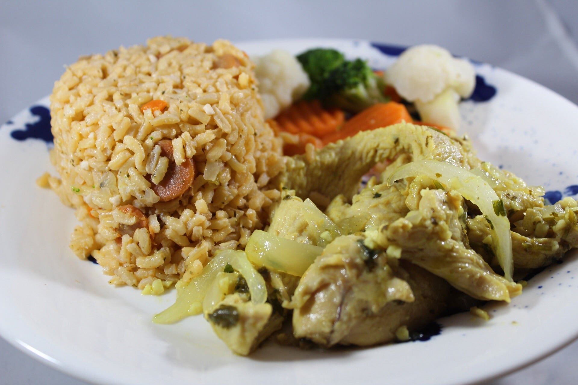 Brown Rice with Cabbage, Carrots and Turkey in Garlic Sauce / Arroz Integral con Repollo y Zanahoria y Pavo al Ajillo