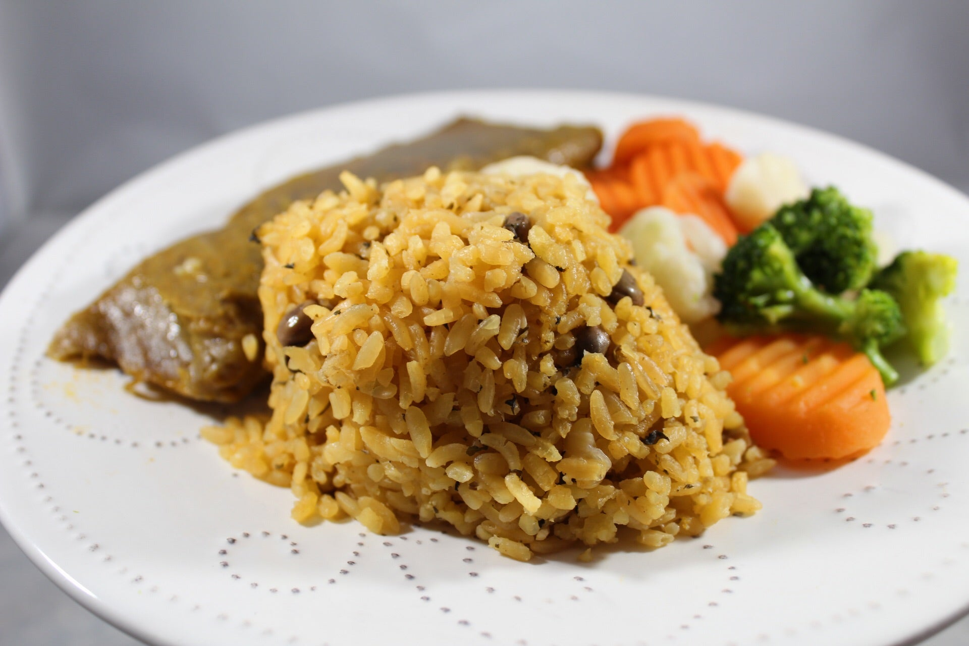 Arroz con Gandules con Patty Vegetariano / Rice with Pigeons and Veggie Patty