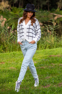 F1100 Checked Fluffy Knit Short Cardigan In White