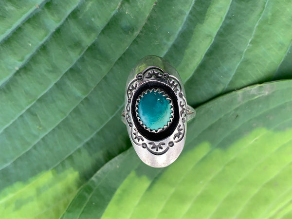 Vintage 925 Sterling silver and green turquoise Native American stamped oval shadowbox ring size 7.5