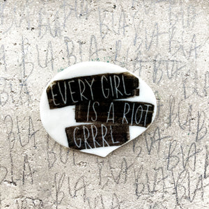 Spilla EVERY GIRL IS A RIOT GRRRL