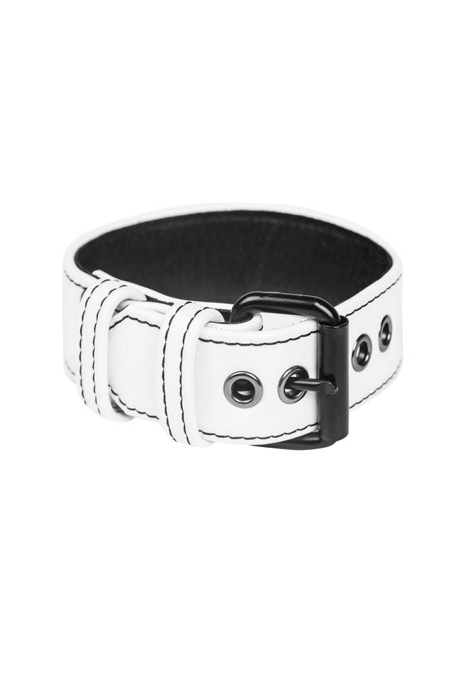 White leather armband belt with matt black buckle in a ring