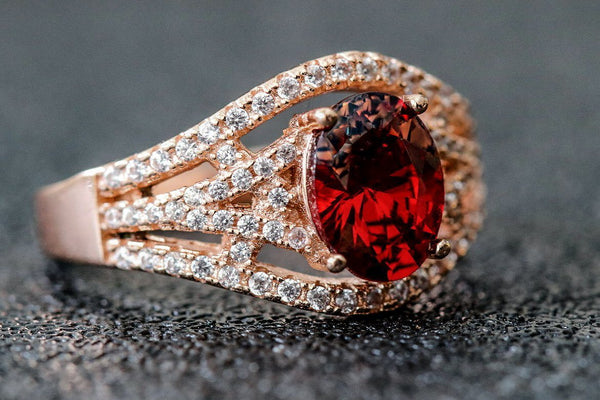 Exquisito Bellezza Garnet January Birthstone Ring