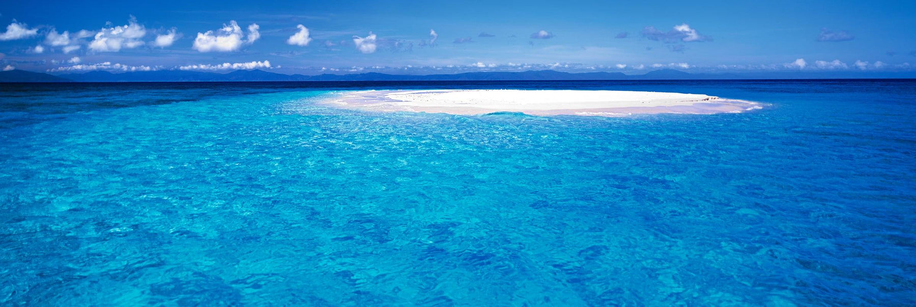 White sand of Upolu Cay surrounded by the turquoise ocean in Queensland Australia