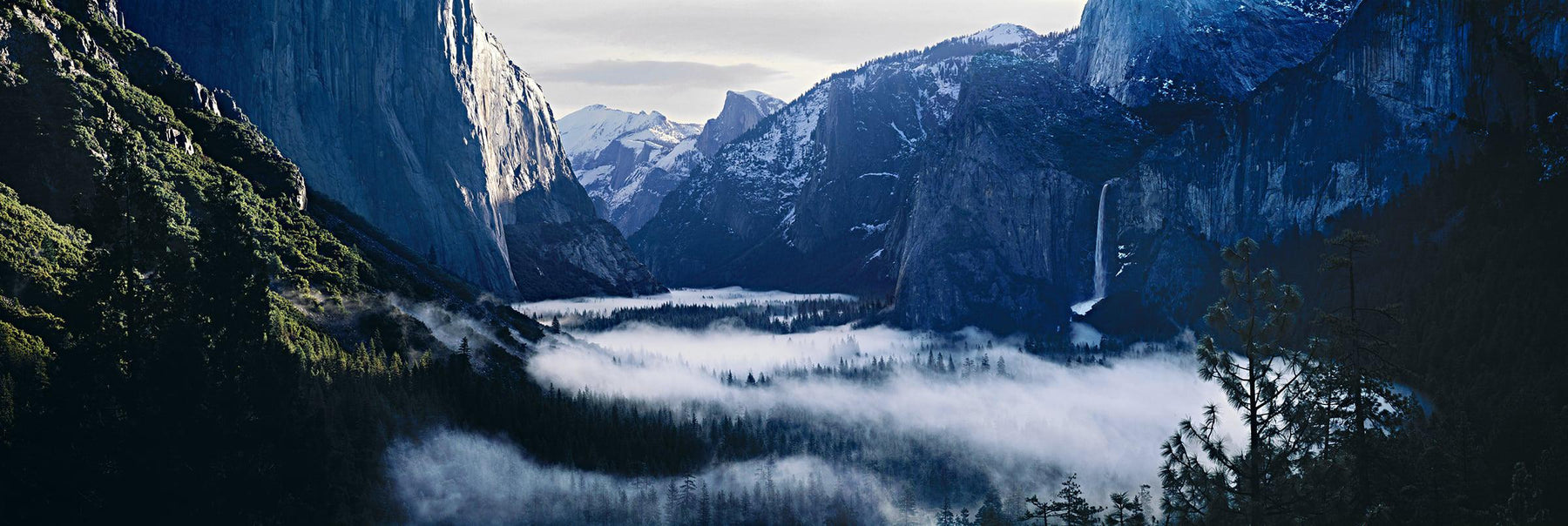 Mist filling up the valley at Yosemite National Park from Inspiration Point