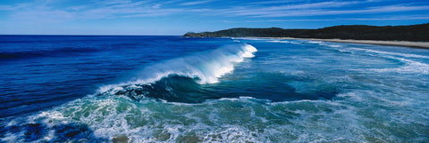 Long rolling wave off the coast of Main Beach Australia