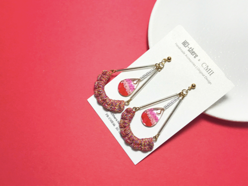 HEI THERE | TRIANGLE EARRINGS (RED) | H520