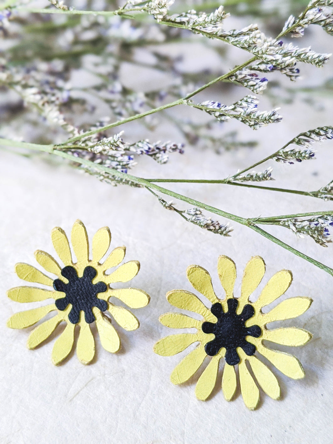 Yelow daisy flower stud earrings