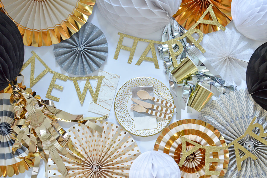 New Years Eve Party Silvester Party in a box Flatlay Geschirr Gold
