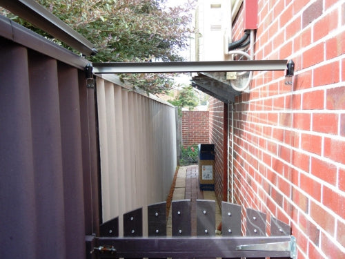 Oscillot cat fence height extension with polycarbonate