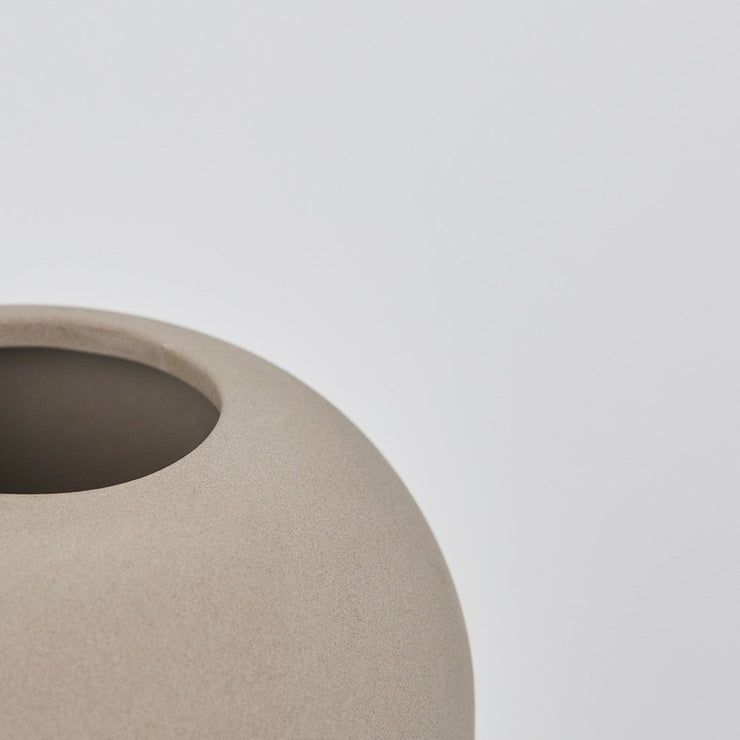 Details of X-tra small Dome vase made of Terracotta with Grey Engobe