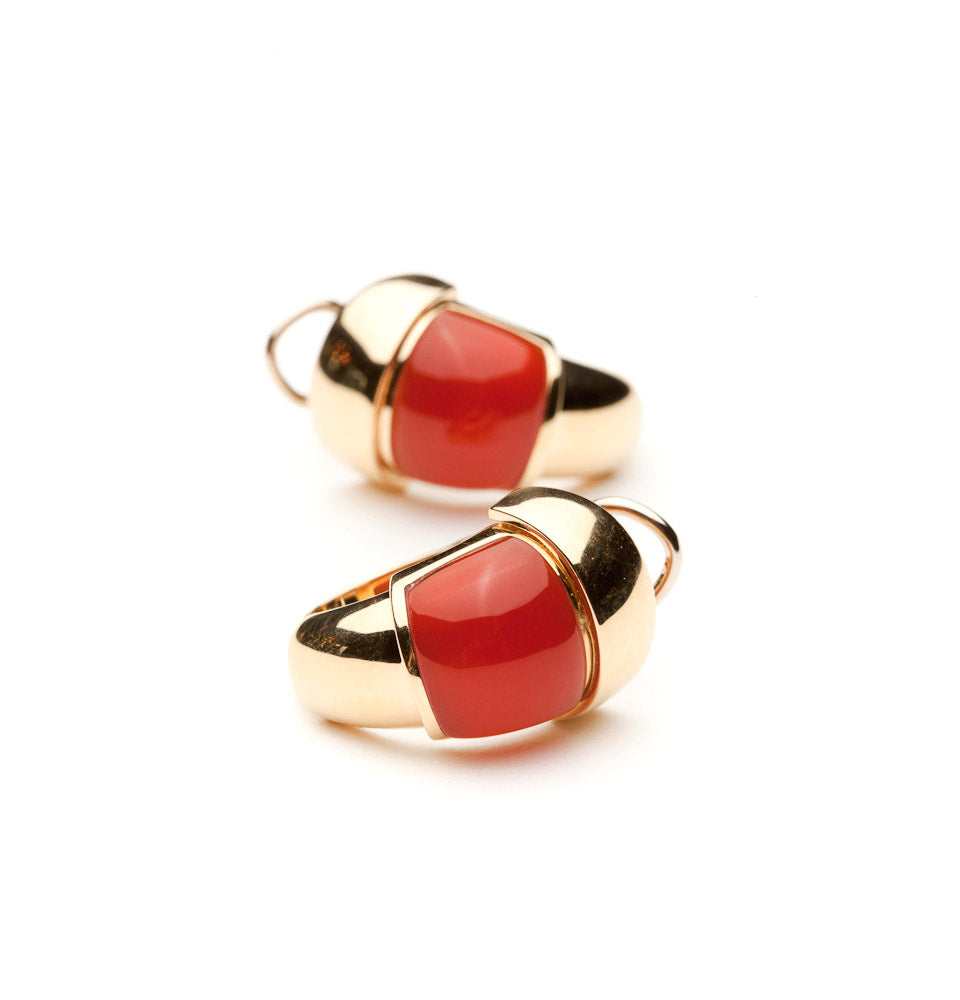Vaid earrings with carnelian in 18 karat yellow gold