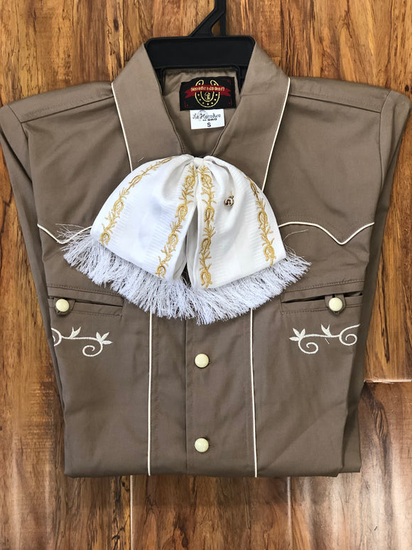 CAMISOLOA CHARRA CAFE CON BORDADO Y DIES EN COLOR HUESO. BROWN COLOR CHARRO SHIRT WITH BONE EMBROIDERY WITH BONE BUTTONS. , HerraduraDeOro - HerraduraDeOro