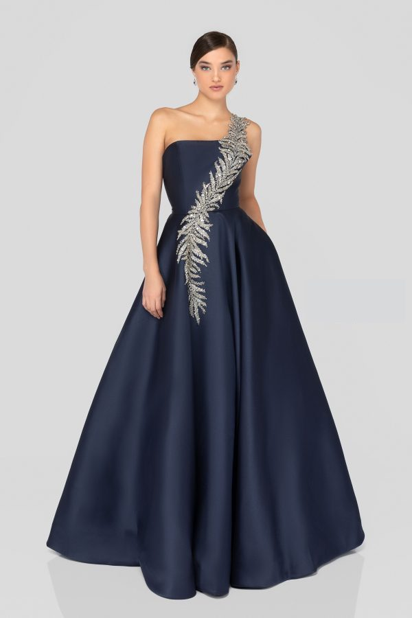One Shoulder Beaded Ball Gown Navy. Robe de gala à une épaule bleu marine