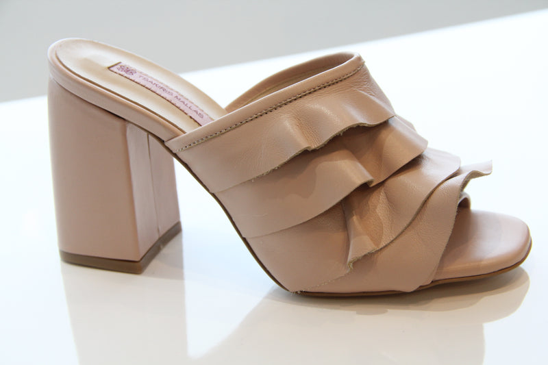 Sandale en cuir à volants TSAKIRIS MALLAS Leather Sandal with Ruffles Nude.