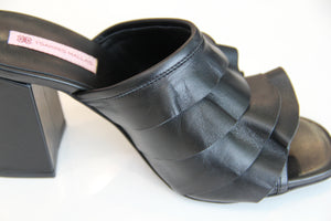 Sandale en cuir noire à volants TSAKIRIS MALLAS Leather Sandal with Ruffles Black.
