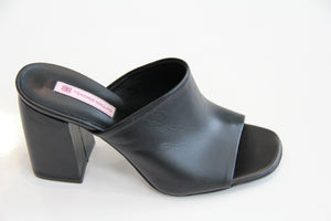 TSAKIRIS MALLAS Leather Black Sandal Wide Heel. Sandale en cuir noire