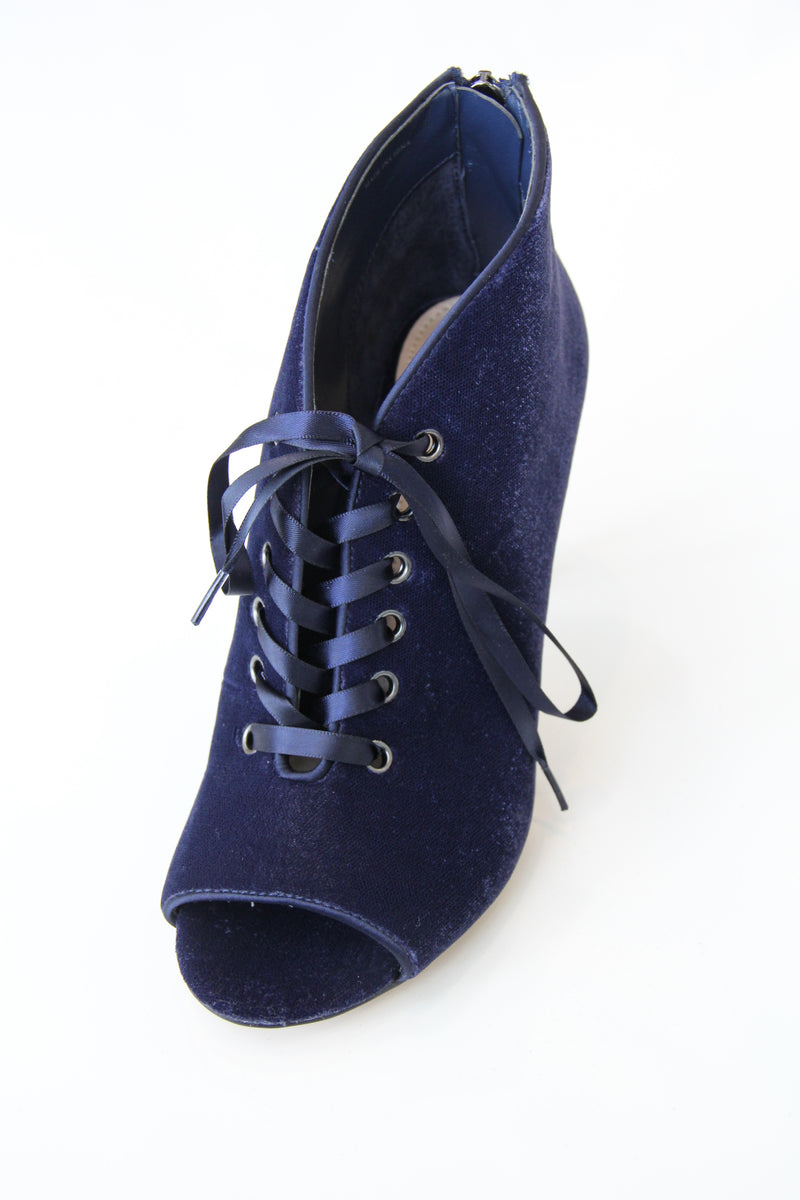 TSAKIRIS MALLAS Blue Velvet Open Toe Boot. Botillon à bout ouvert en velours bleu