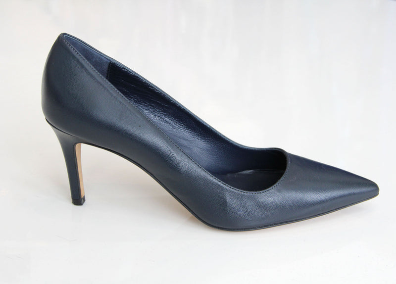 DEE KELLER Pointy Toe Leather Pump Navy. Chaussure talon haut bleu marine