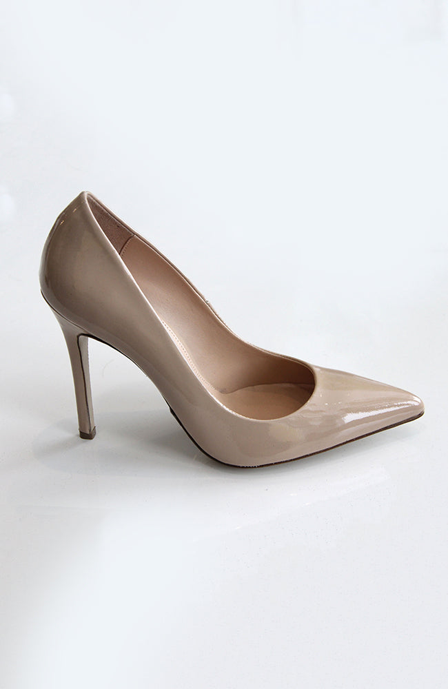 "DEE KELLER PAIGE Pointed Toe Patent Leather Pump 3.5"". Chaussures en cuir verni talon 90mm"