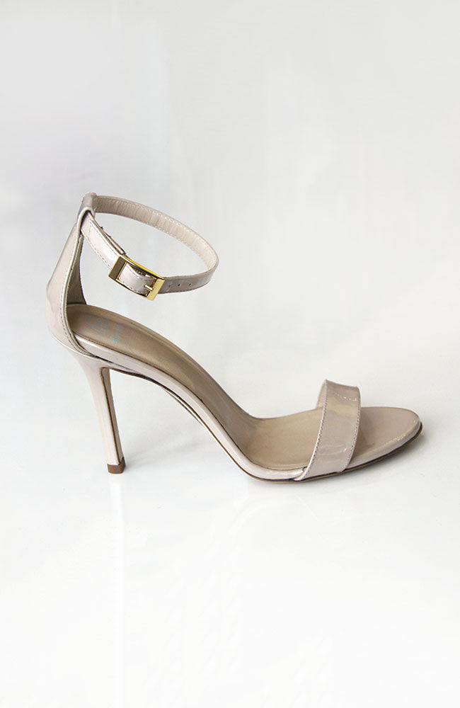 "DEE KELLER Strappy Sandal Scheffy Patent Leather 3.5""/90MM HEEL Nude. Sandale en cuir verni 90mm"