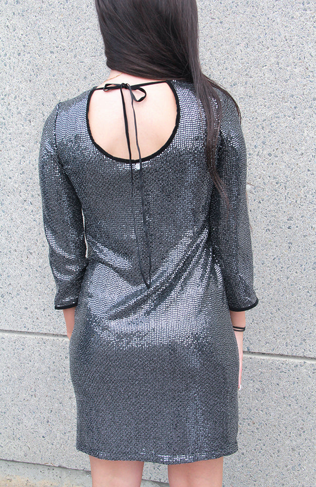 Metallic Dress with Velvet Trim. Robe métallique