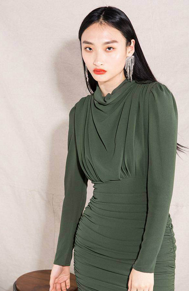 Green Turtle Neck Crepe Dress with Shirring. Robe verte avec plissage