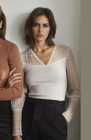 V-Neck Ribbed Top with Lace Sleeves. Top à manches en dentelle