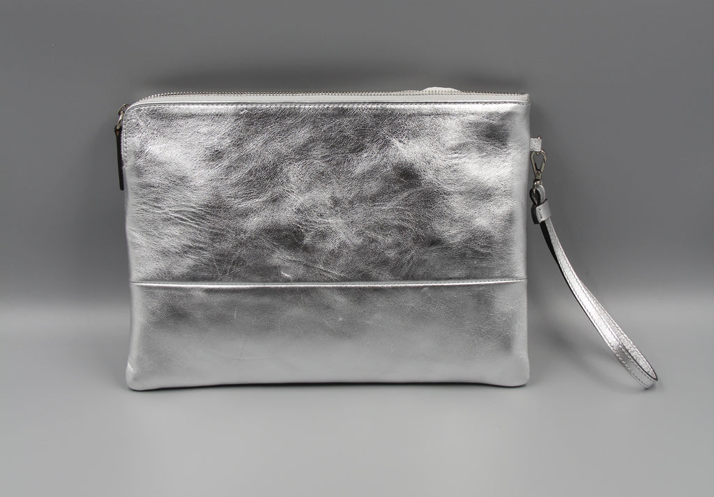 Silver Leather Party Clutch by Alice D. Milano | Pochette en cuir argent
