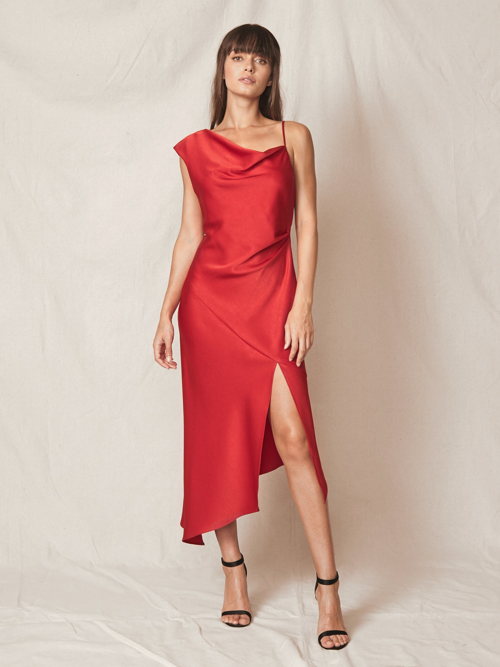 ALLEN SCHWARTZ Everly Asymmetric Gown Red. Robe de satin longue rouge