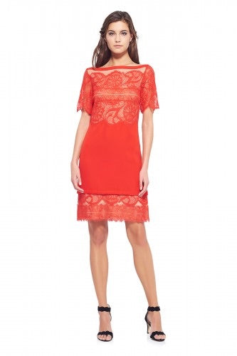 TADASHI BOAT NECK LACE DRESS. Robe en dentelle rouge