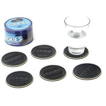These very distinctive biscuit coaster are a real fab gift. With 6 in the pack, they are a real delicious talking point. We especially love the tin they are displayed and kept in, meaning these biscuits make a lovely present.   Made of soft rubber. Dimensions: 0,5x9x9 cm Material: PVC/metal