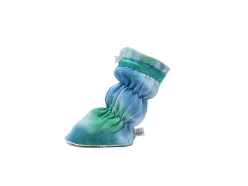 "Vivi G'z signature classic ""Eli"" kelly/royal hand tie dyed baby booties are made of cotton Lycra jersey knit fabric and have a non slip grip sole. The 1x1 rib knit features a soft hand and stretch for comfort – a staple in every baby's wardrobe."