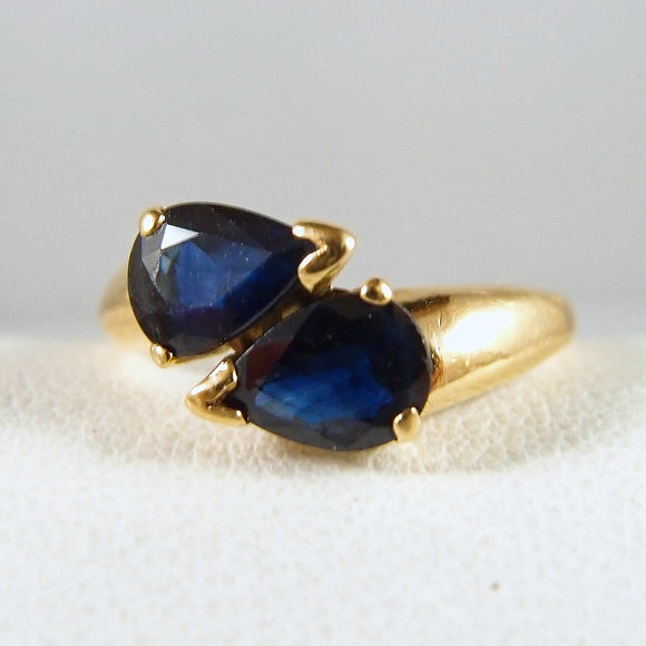Lovely pear-faceted natural blue sapphire ring Stamped 18K solid gold Mid Century fine jewelry