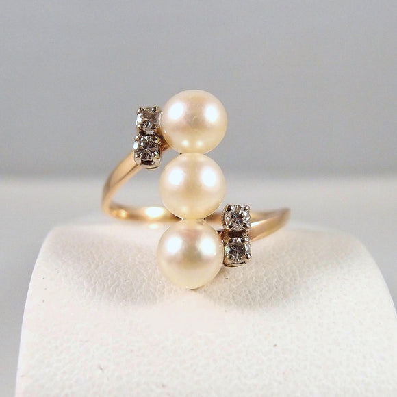 A 3 gorgeous pearl ring enhanced with 4 natural diamonds Stamped 18K solid gold Fine multifunction jewelry Perfect vintage bridal jewelry