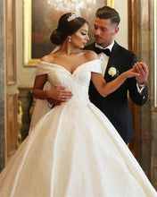 Afbeelding in Gallery-weergave laden, Vintage Off Shoulder V-neck Wedding Dresses Lace Ball Gowns