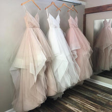 Afbeelding in Gallery-weergave laden, blush pink white champagne tulle v-neck wedding dresses ball gowns