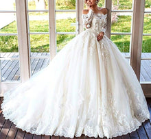 Afbeelding in Gallery-weergave laden, 2019 Wedding Dresses Lace Long Sleeves Tulle Off Shoulder Ballgowns