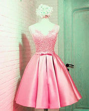 Afbeelding in Gallery-weergave laden, Elegant Satin Homecoming Dresses Pink
