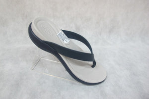 crocs capri v flip in navy/pearl white