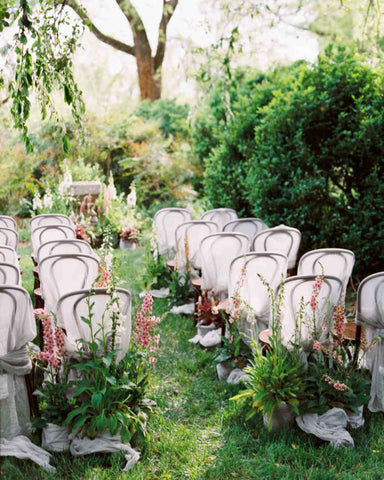 Image via http://thedailyhostess.com/potted-plants-wedding-trend/