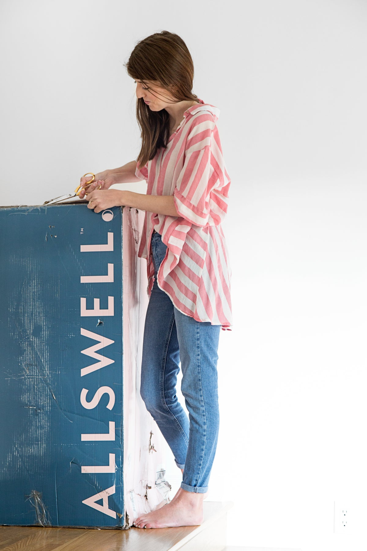 Blogger Kelly Mindell of Studio DIY Opening Allswell Mattress from Box
