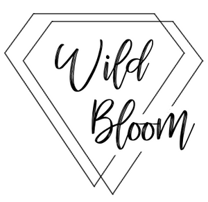 "Logo de Wild Bloom. Silueta de dos diamantes superpuestos que enmarcar el nombre ""Wild Bloom"""