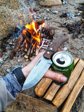 Handmade Bushcraft Knife by the campfire, with a beer - Made in Denmark - Hvedegaard Knives - Dansk knivmager