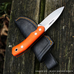 Orange g10 handle on this JGT II, with a black dyed leather sheath. The complete set, is made by Hvedegaard Knives in Denmark, by the young upcoming knifemaker Mikkel Hvedegaard. This hunting knife, you will never loose when you are out. Signal color hunting knife.