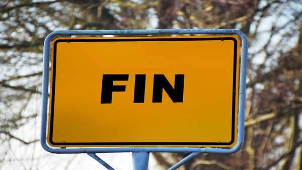 "A yellow road sign saying ""Fin"""