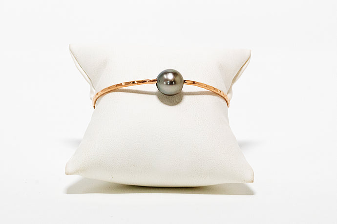 Handmade hammered rose gold bangle bracelet with Tahitian pearl charm